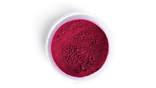 Roter matcha-pulvertee isoliert.