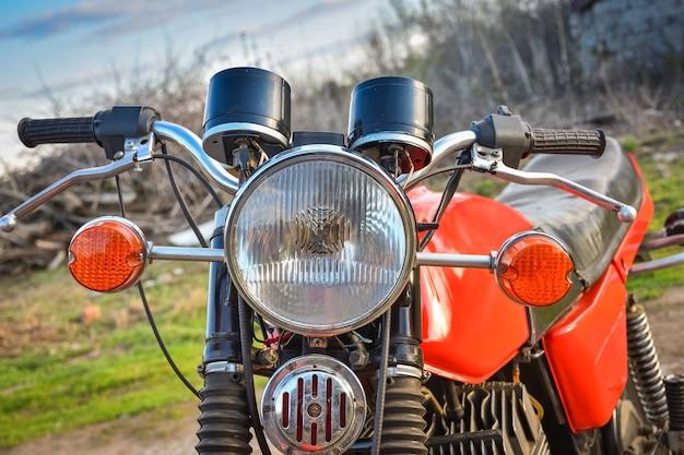 Roter motorradscheinwerfer und front