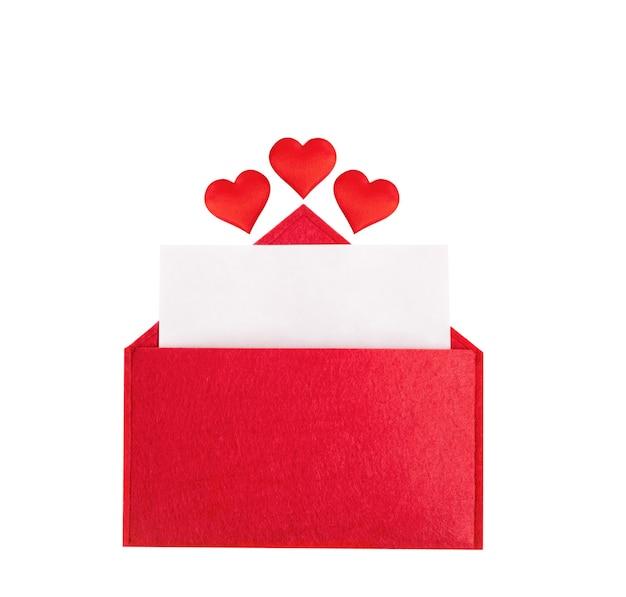 Roter offener umschlag mit einem blatt papier mit einem herzen auf einem isolierten hintergrund mit modell. valentinstag feiertagskonzept und liebesnotizen