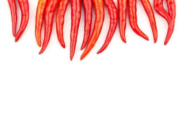 Roter paprika auf getrenntem weißem hintergrund