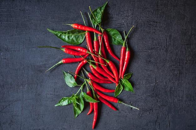 Roter paprika auf schwarzem hintergrund