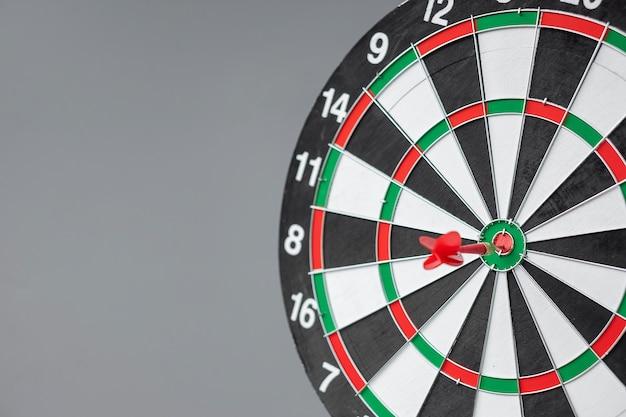 Roter pfeil trifft ein ziel in der mitte von bullseye oder dartboard. geschäfts-, wettbewerbs-, ziel-, erfolgs- und marketingkonzept