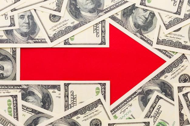 Roter pfeil zeigt nach rechts mit banknoten