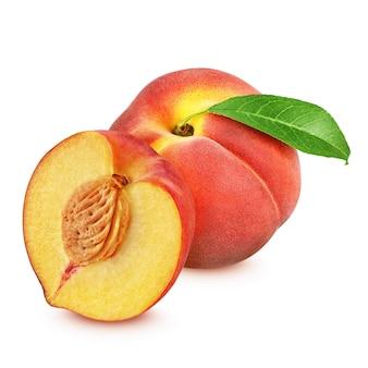 Roter pfirsich ganz und halbiert isoliert