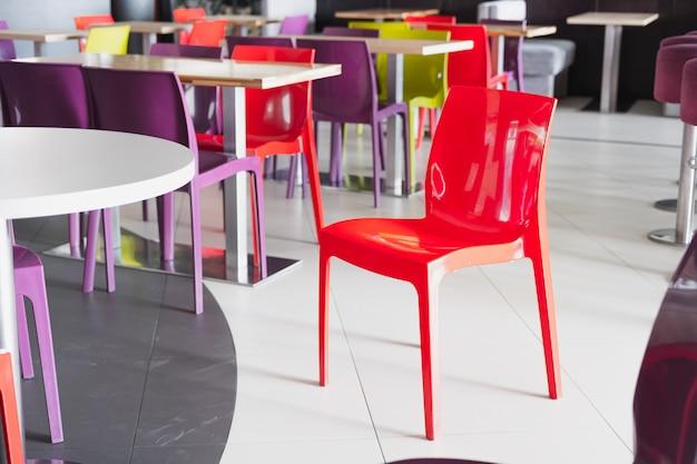 Roter plastikstuhl in einem leeren fast-food-café.