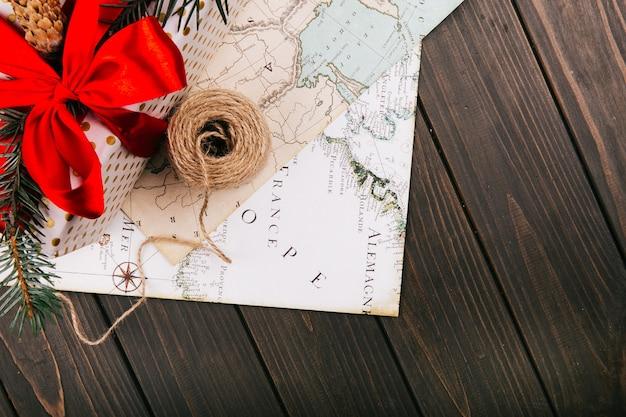 Roter präsentkarton und ein seil stehen auf weißer karte