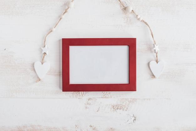 Roter rahmen mit weißen holzherzen