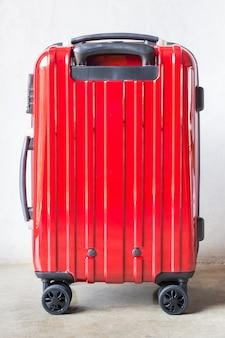 Roter reisekoffer für ausgehende