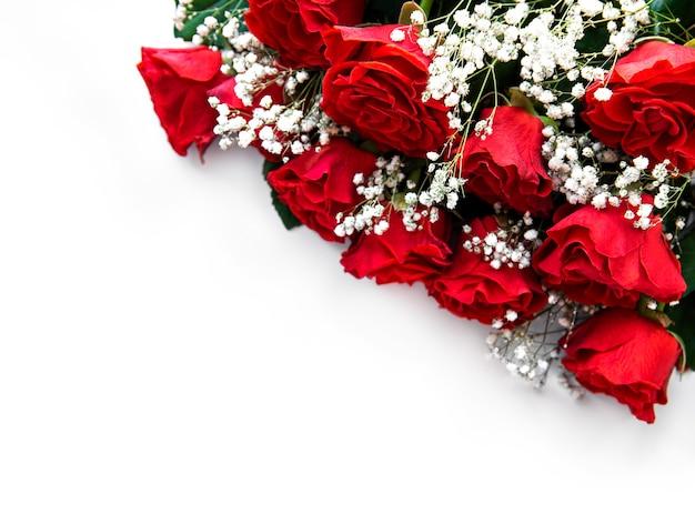 Roter rosenstrauß auf einer weißen oberfläche