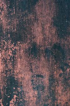 Roter rostiger schmutzmetallhintergrund oder -beschaffenheit mit kratzern und rissen