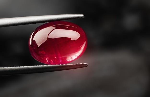 Roter rubinroter edelstein mit dunkler farbe