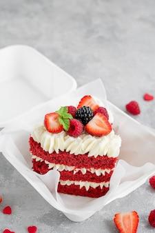 Roter samt-bento-kuchen kleiner kuchen in einer lunchbox auf grauem betonhintergrund valentinstag kuchen