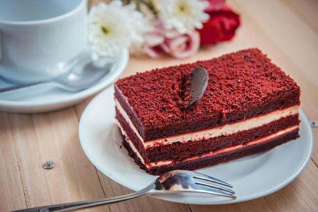 Roter samtkäsekuchen und dunkle schokolade auf die oberseite
