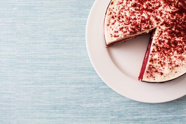 Roter samtkuchen auf blauem hintergrund mit kopienraum