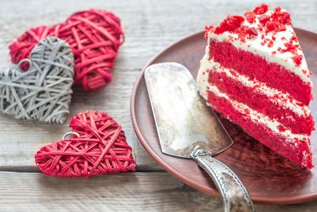 Roter samtkuchen auf dem teller