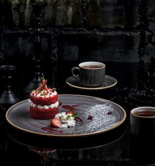 Roter samtkuchen gefüllt mit weißer buttercreme