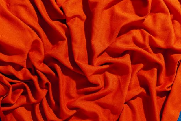 Roter schal über schwarzem hölzernem tabellenhintergrund