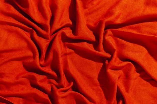 Roter schal über schwarzer hölzerner tabelle