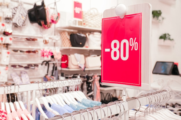 Roter stand 80 prozent rabattpreis im shop. kleiderbügel