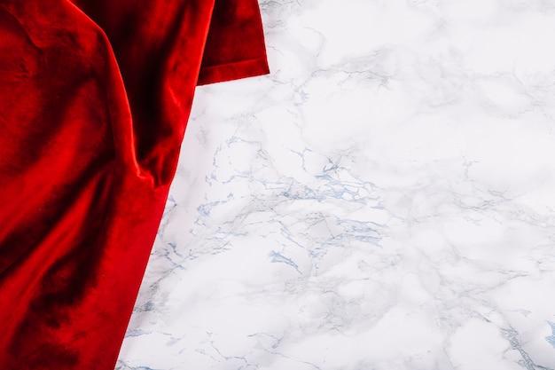 Roter stoff auf marmor hintergrund