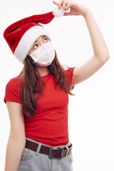 Roter t-shirtweihnachtshuthintergrund der medizinischen maske des mädchens