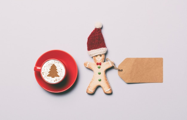 Roter tasse kaffee und lebkuchenmann