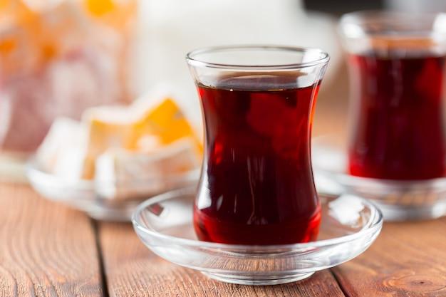 Roter tee in den türkischen gläsern auf einem holztisch