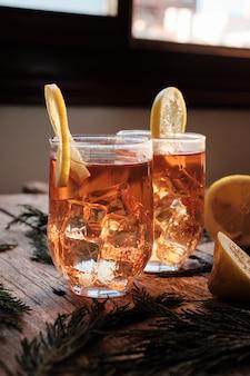 Roter tee mit eis und zitrone