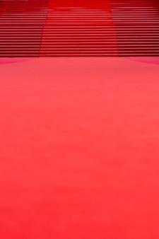 Roter teppich mit treppe im hintergrund