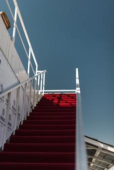 Roter teppich zum blauen himmel