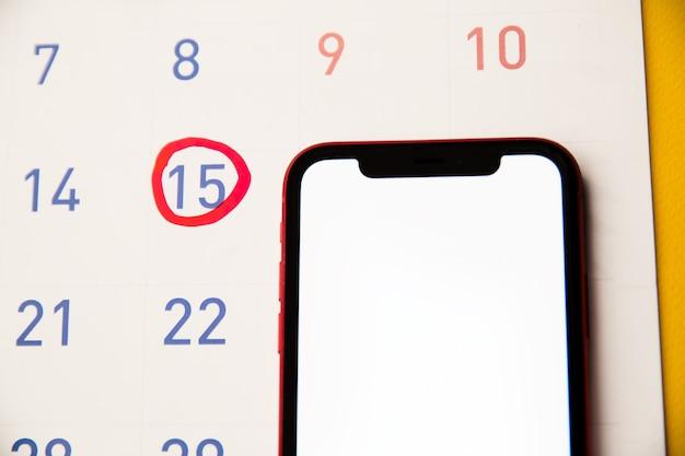 Roter textmarker mit ovulationstagmarke auf kalender