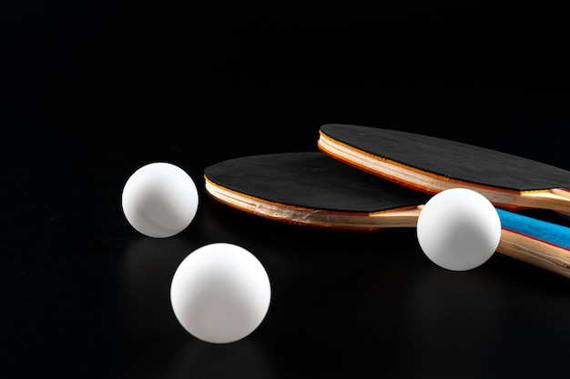 Roter tischtennisschläger auf dunklem hintergrund. sportausrüstung
