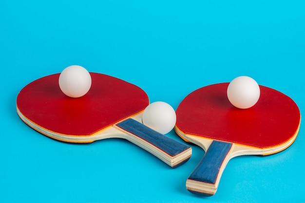 Roter tischtennisschläger auf einem blauen hintergrund
