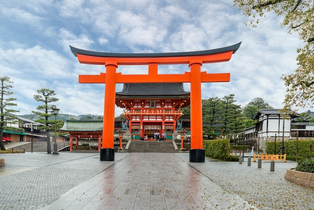 Roter tori gate von fushimi inari shrine in kyoto, japan