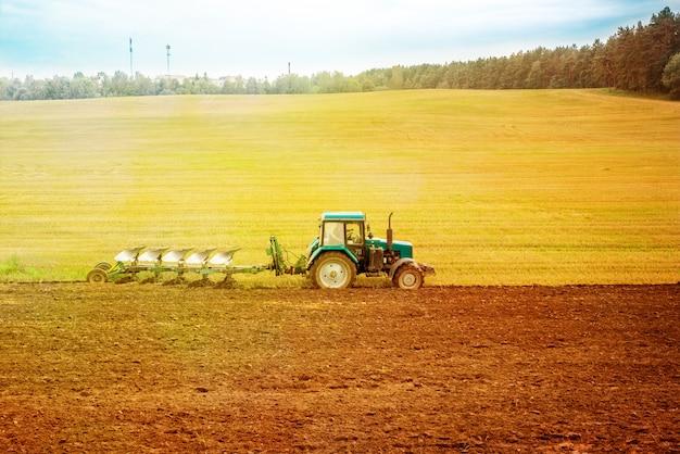 Roter traktor auf dem gebiet.