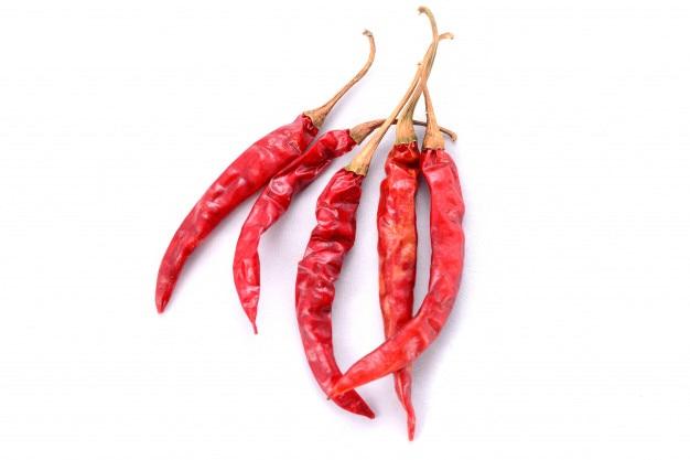 Roter trockener paprika getrennt auf weißem hintergrund