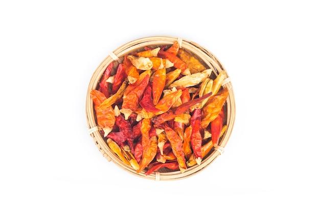 Roter trockener paprika in einer kleinen schüssel, lokalisiert auf weiß