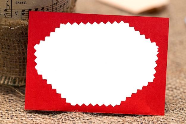 Roter umschlag aus weißem hintergrund, valentinsgrußkonzept.