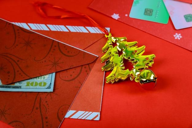 Roter umschlag mit dollar für bonus des chinesischen neujahrsfests im roten hintergrund