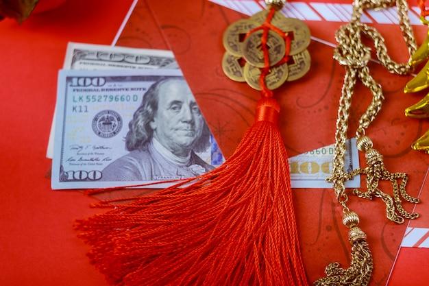 Roter umschlag mit dollar für prämie des chinesischen neujahrsfests im roten hintergrund, glückliches chinesisches konzept des neuen jahres