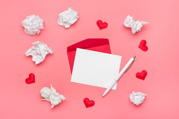 Roter umschlag, weißes briefpapier, amor, herzen, stift, zerknittertes papier auf rosa hintergrund glückliches valentinstagkonzept