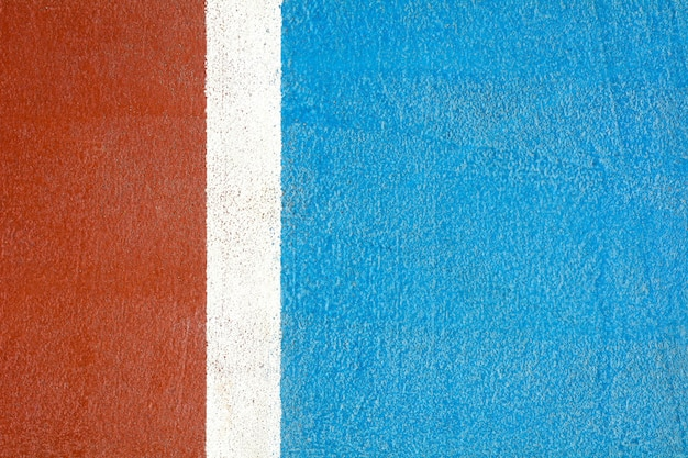 Roter und blauer basketballplatz - nahes hohes