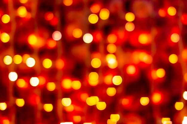 Roter und gelber abstrakter hintergrund mit defokussierten unscharfen bokeh-lichtern