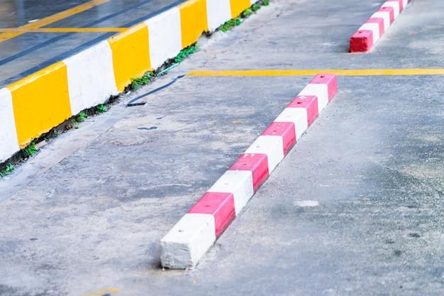 Roter und gelber streifenparkplatzweg