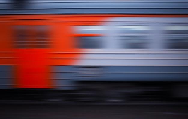 Roter und grauer zug im bewegungstransportzusammenfassungshintergrund