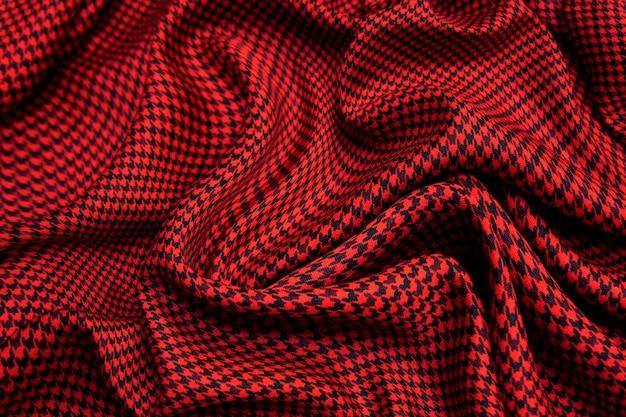 Roter und schwarzer karierter glänzender karierter textilhintergrund. draufsicht.