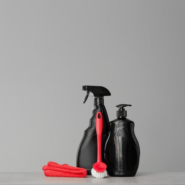 Roter und schwarzer satz werkzeuge und werkzeuge für die reinigung der küche.