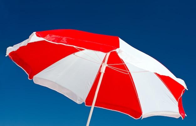 Roter und weißer regenschirm