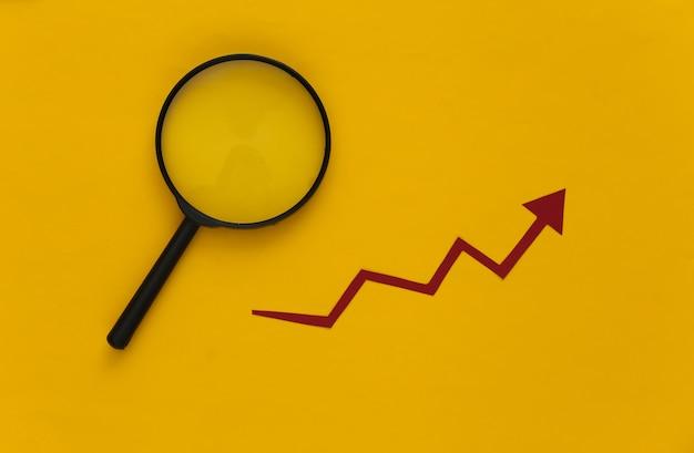 Roter wachstumspfeil, lupe auf gelb. pfeildiagramm nach oben. das wirtschaftswachstum