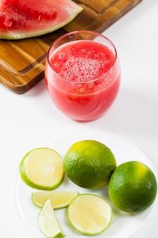 Roter wassermelonensaft in einem glas